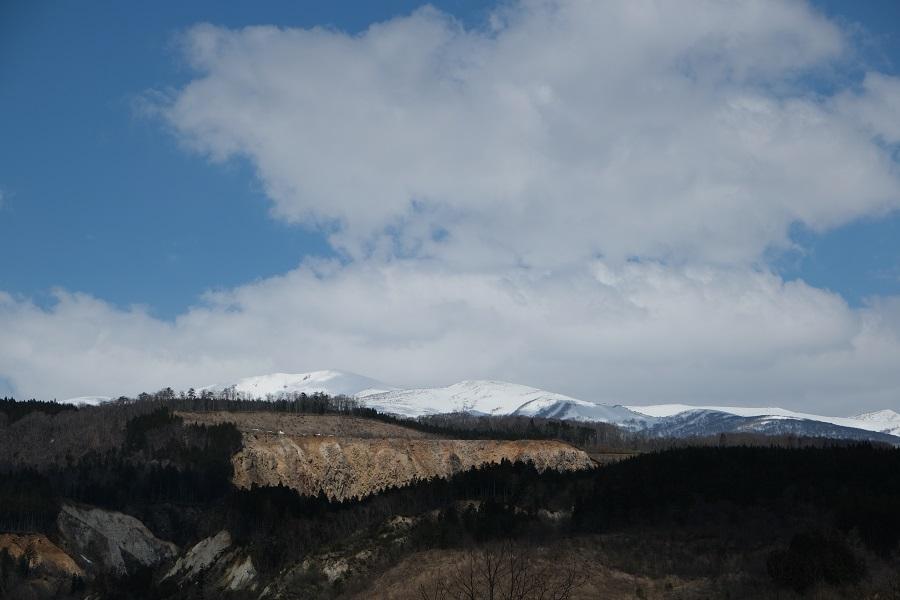 栗駒山の4月の風景写真荒砥沢ダムから望む