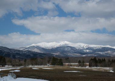 栗駒山の4月の風景写真深山牧野から望む