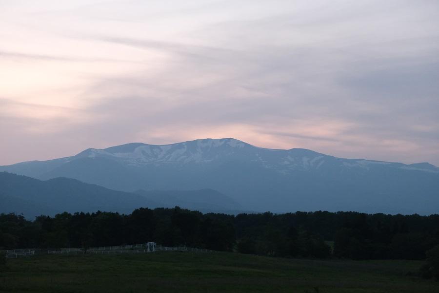 栗駒山の5月の残雪の夕焼けを深山牧野から撮影