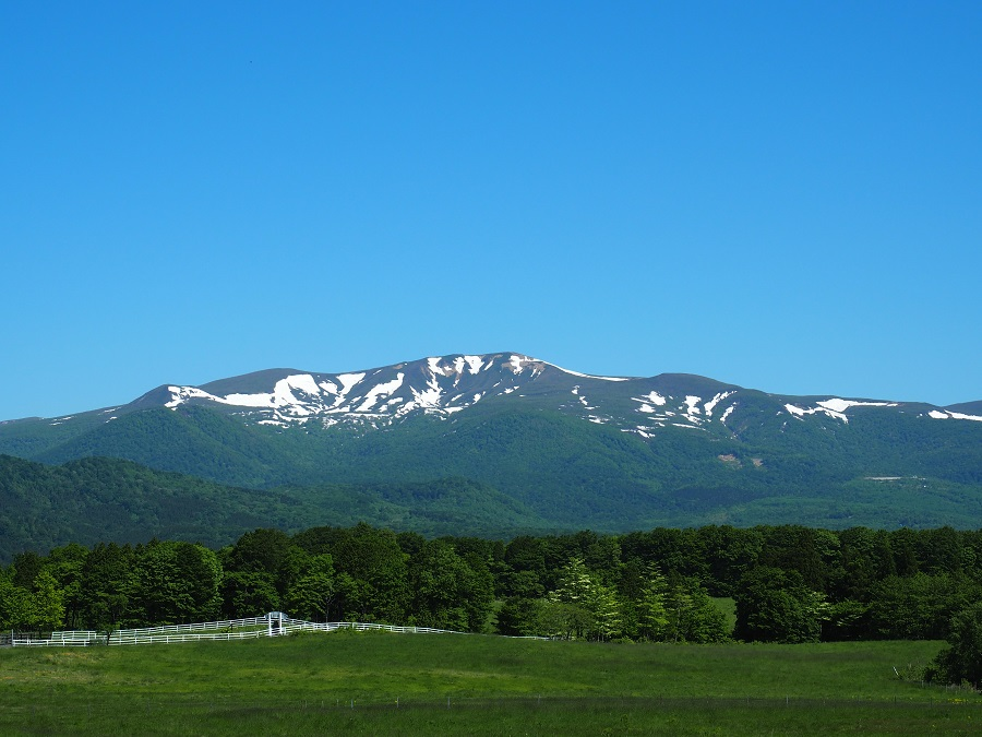 栗駒山の5月の残雪の風景を私の好きな深山牧野から撮影!