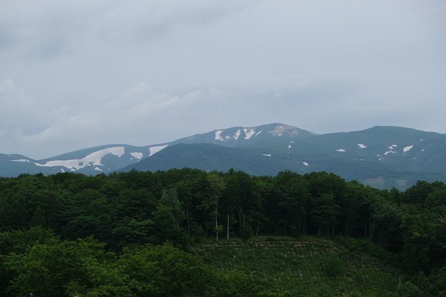 栗駒山6月の残雪の風景写真耕英地区から撮影