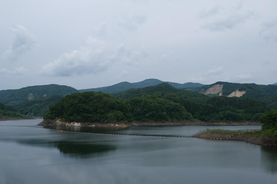 栗駒山を囲むダム 荒砥沢ダムの景観写真
