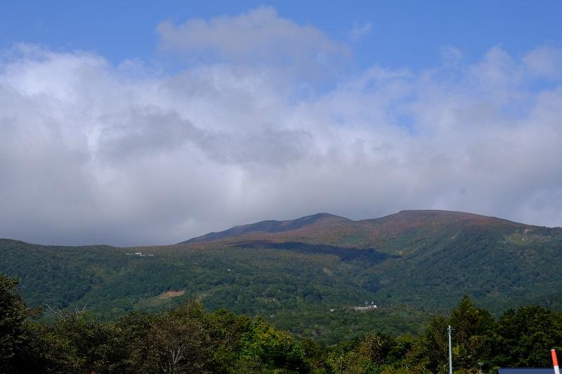 栗駒山の紅葉2019を下から望んだ写真